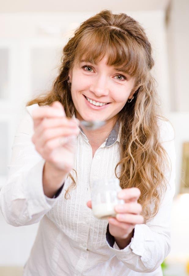 Zadowolonych potomstw macierzysty karmienie jej dziecko w domu fotografia stock