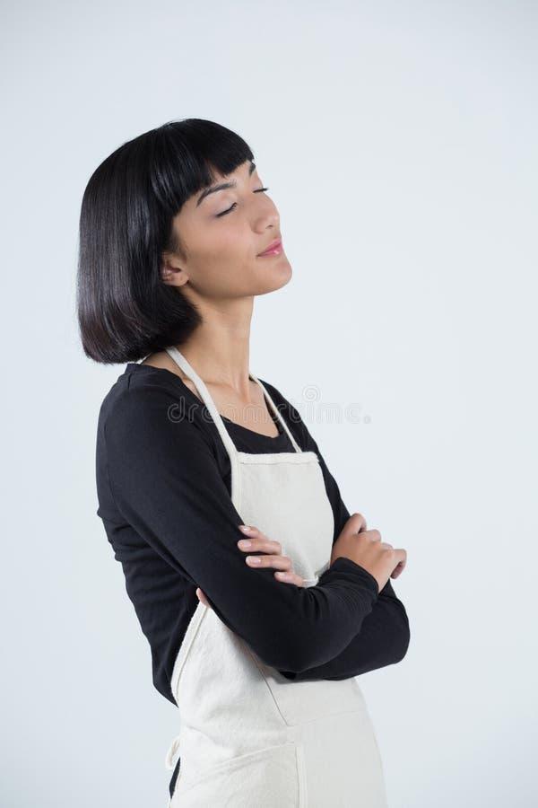 Zadumana kelnerki pozycja z rękami krzyżować obrazy stock