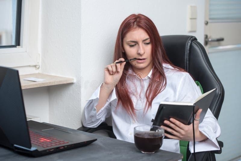 Zadumana kobieta pracująca, mały biznes fotografia stock