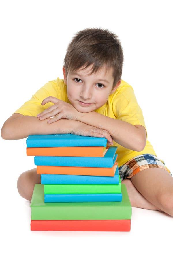 Zadumana młoda chłopiec blisko rezerwuje zdjęcia royalty free