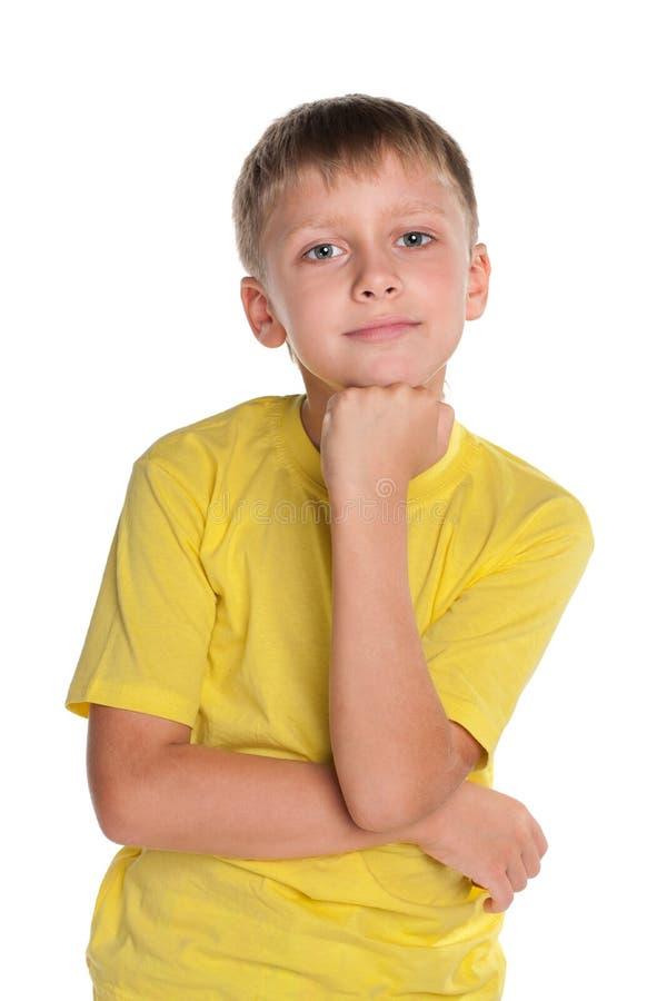 Zadumana młoda chłopiec w żółtej koszula obraz stock