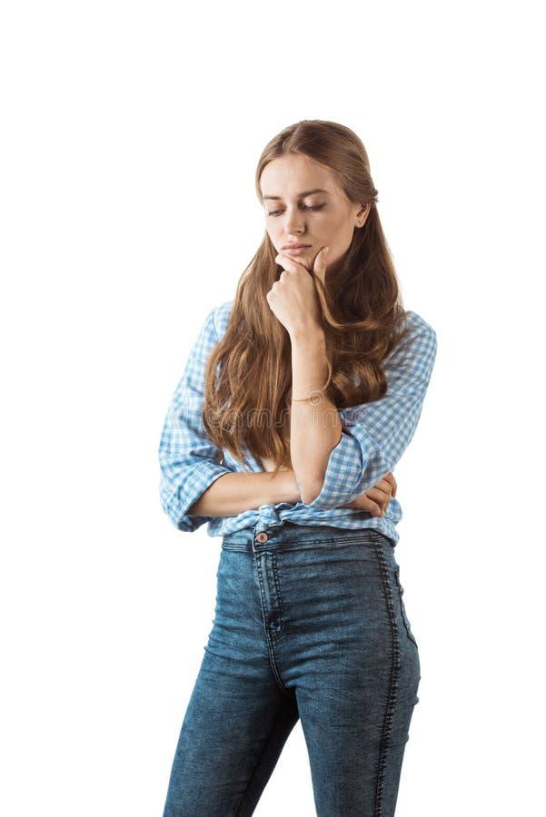 Zadumana młoda kobieta w przypadkowej odzieży odizolowywającej na bielu zdjęcia stock