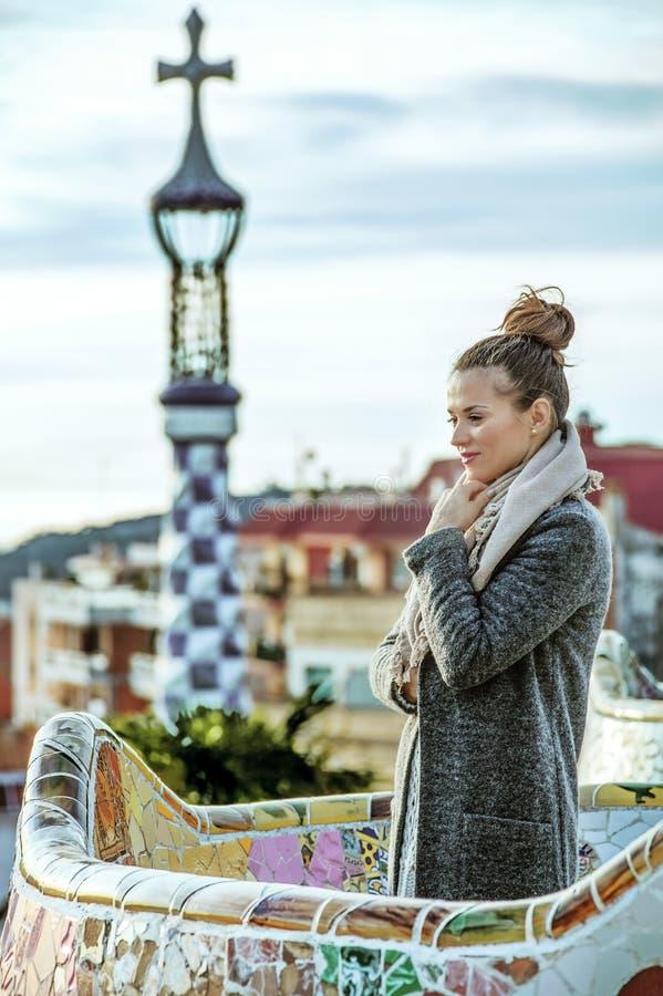 Zadumana nowożytna turystyczna kobieta w Barcelona, Hiszpania w zimie obrazy royalty free