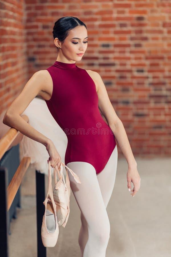 Zadumana powabna balerina w mody kostiumowy patrzeć w dół zdjęcie stock