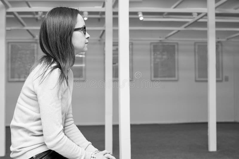 Zadumana przyglądająca kobieta fotografia royalty free