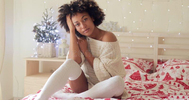Zadumani młodej kobiety odświętności boże narodzenia samotnie fotografia royalty free