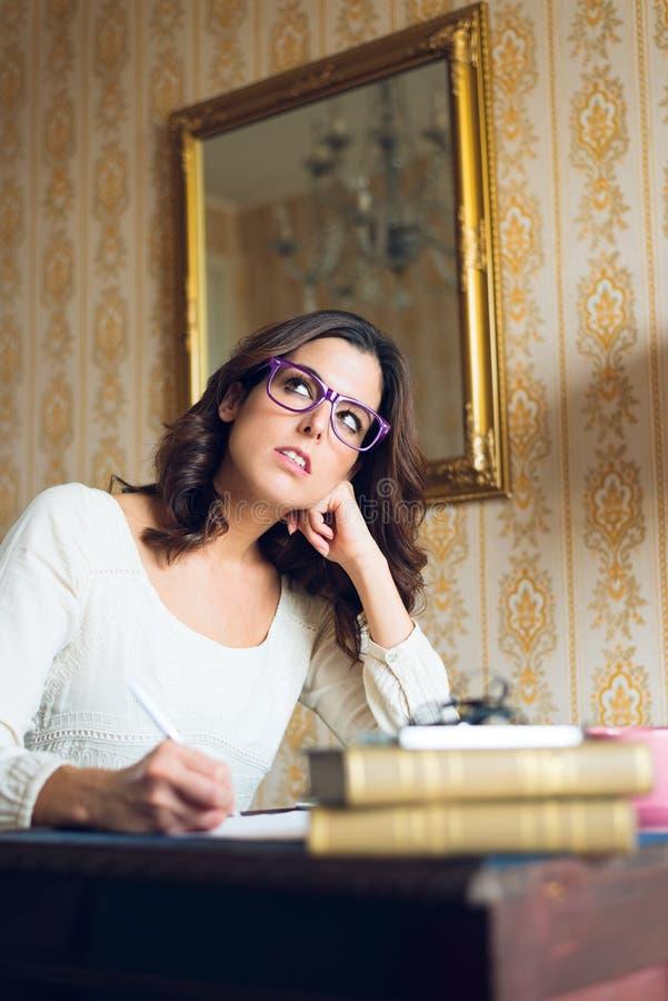 Zadumany żeński pisarz pracuje w domu obraz royalty free