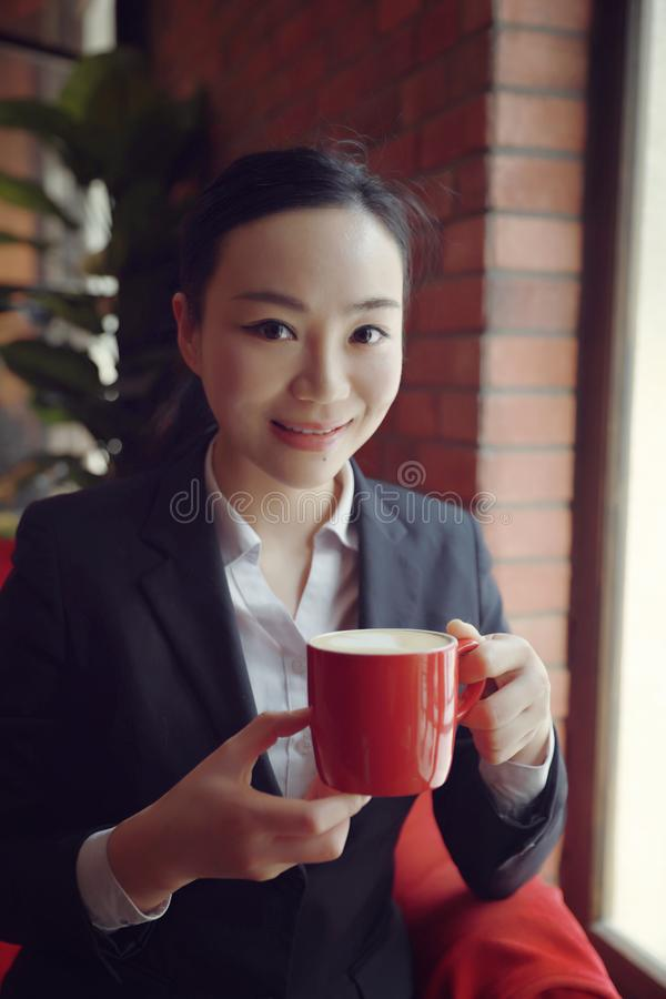 Zadumany kobiety główkowanie w sklep z kawą tarasie obraz royalty free
