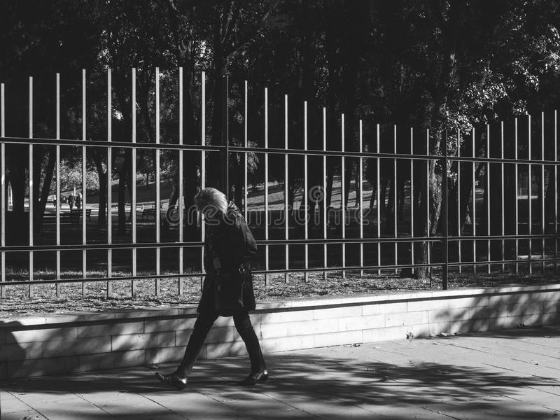 Zadumany kobiety odprowadzenie blisko Parc De Los angeles Ciutadella ochronny zdjęcie stock