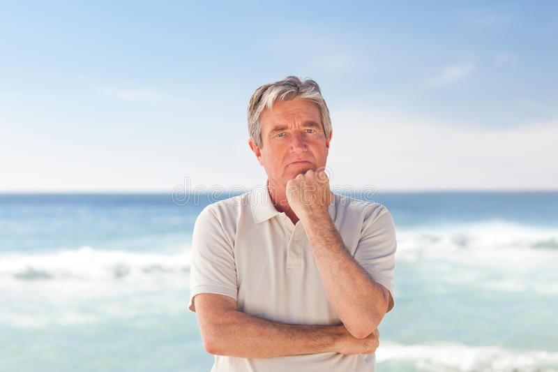 zadumany plażowy mężczyzna obrazy stock