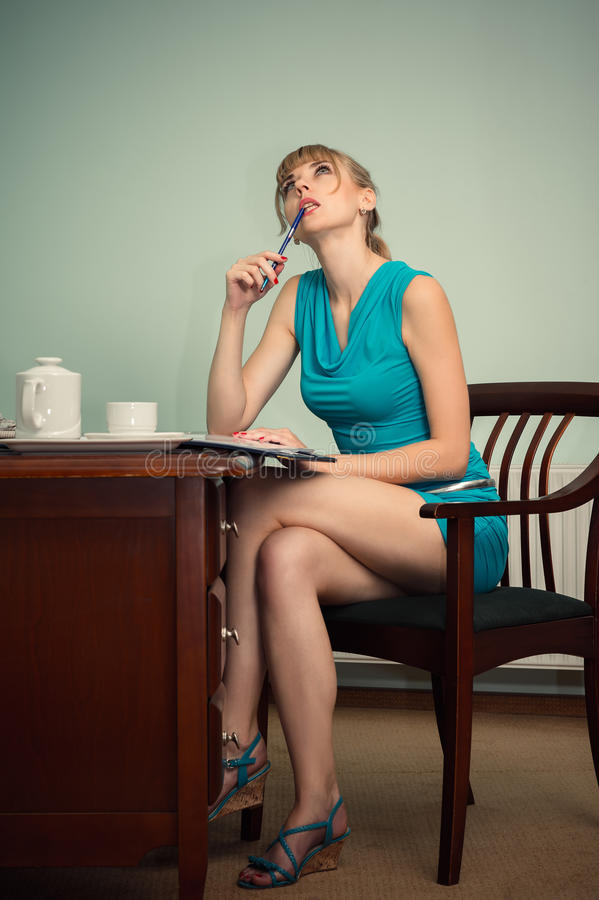 Zadumany powabny kobiety obsiadanie przy stołem zdjęcia royalty free