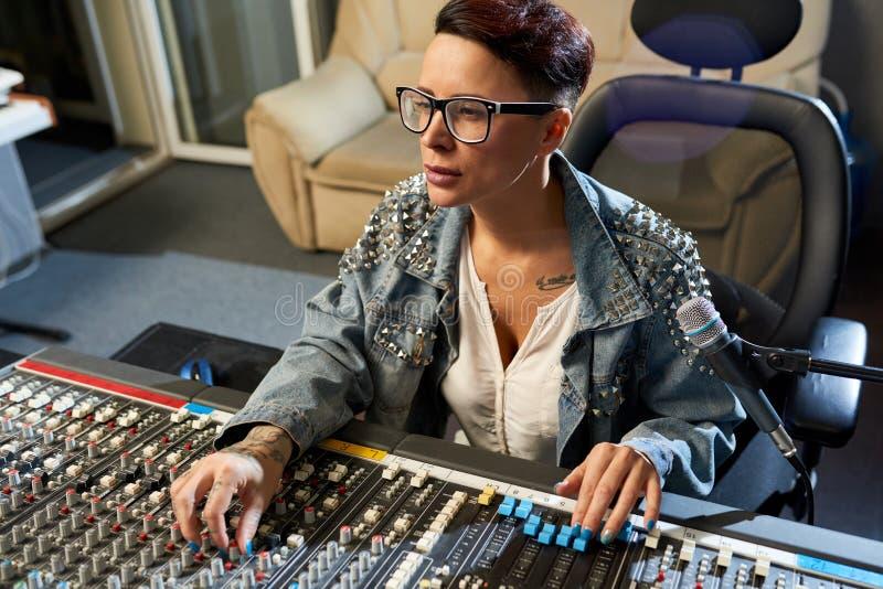 Zadumany rozsądny dyrektor używa audio melanżer w studiu obraz royalty free