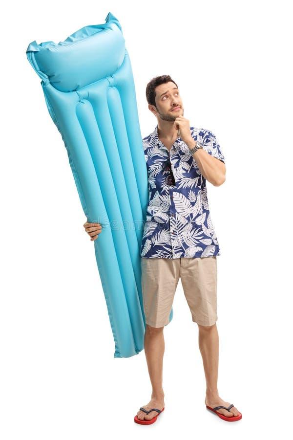 Zadumany turysta z lotniczą materac zdjęcie stock