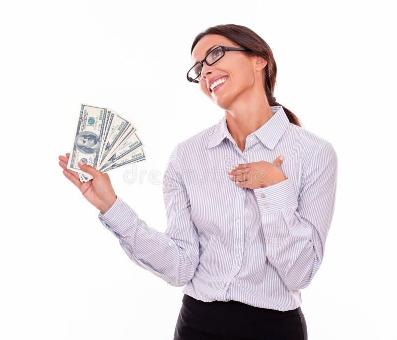 Zadumany uśmiechnięty brunetka bizneswoman z pieniądze obraz stock