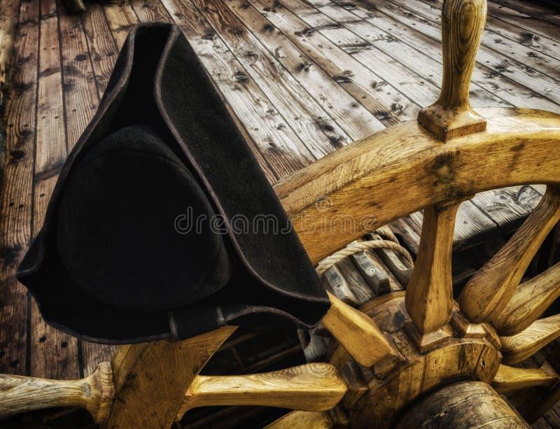 Zadzierający kapelusz na starej drewnianej kierownicie statek zdjęcie stock