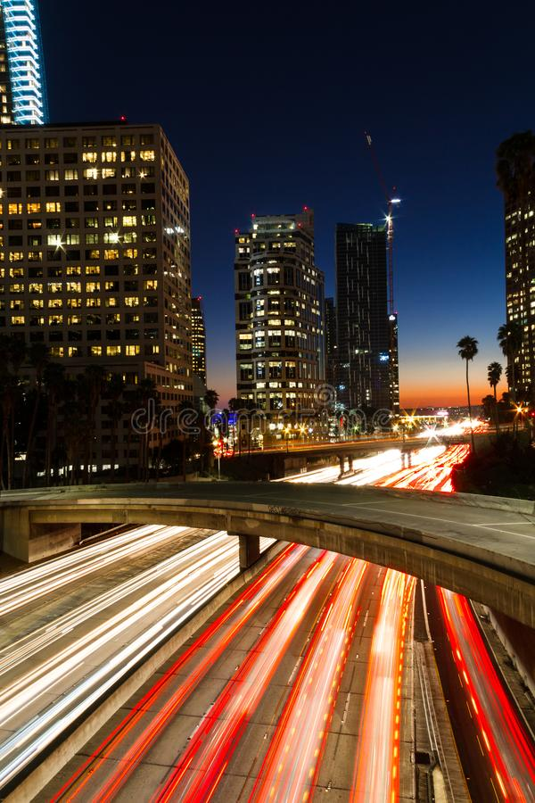 Zadziwiać długiego ujawnienie Los Angeles W centrum ruch drogowy przy nocą w Kalifornia obrazy royalty free