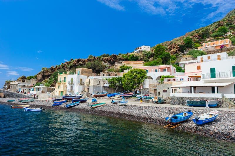 Zadziwiać kolory Alicudi wyspa, Włochy obrazy royalty free