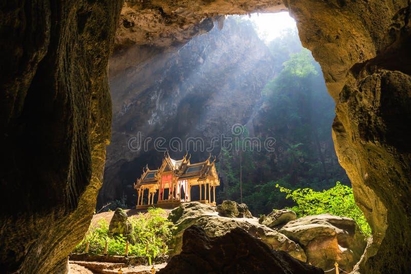 Zadziwiać Phraya Nakhon jamę w Khao Sam Roi Yot parku narodowym przy Prachuap Khiri Khan Tajlandia jest małym świątynią zdjęcie stock