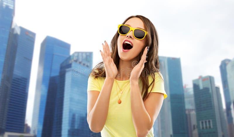 Zadziwiająca nastoletnia dziewczyna w okularach przeciwsłonecznych przy Singapore zdjęcie stock