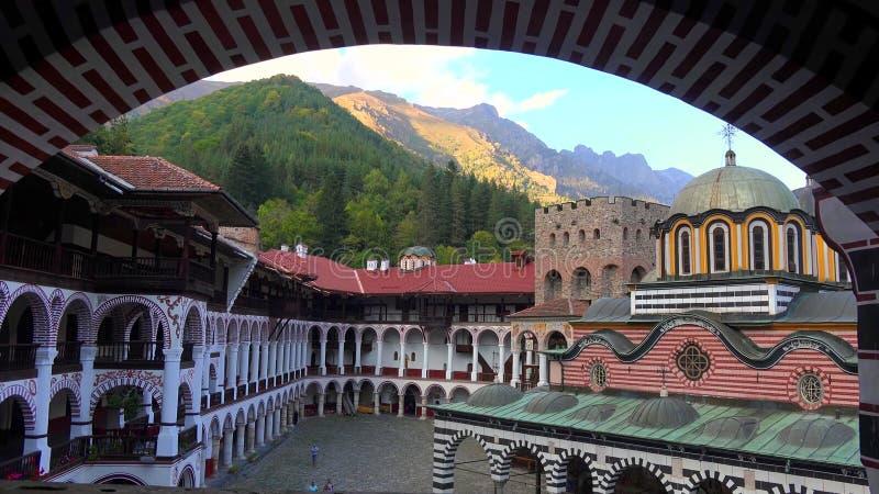 Zadziwiająca panorama Zieleni wzgórza, Rila jeziora i Rila monaster, Bułgaria obraz royalty free
