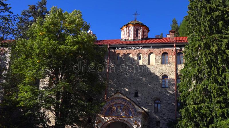 Zadziwiająca panorama Zieleni wzgórza, Rila jeziora i Rila monaster, Bułgaria zdjęcia royalty free
