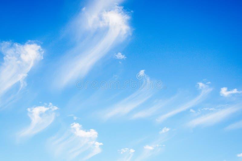 Zadziwiający biel chmurnieje na niebieskiego nieba tle Chmury Jak szczotkarscy uderzenia obrazy royalty free