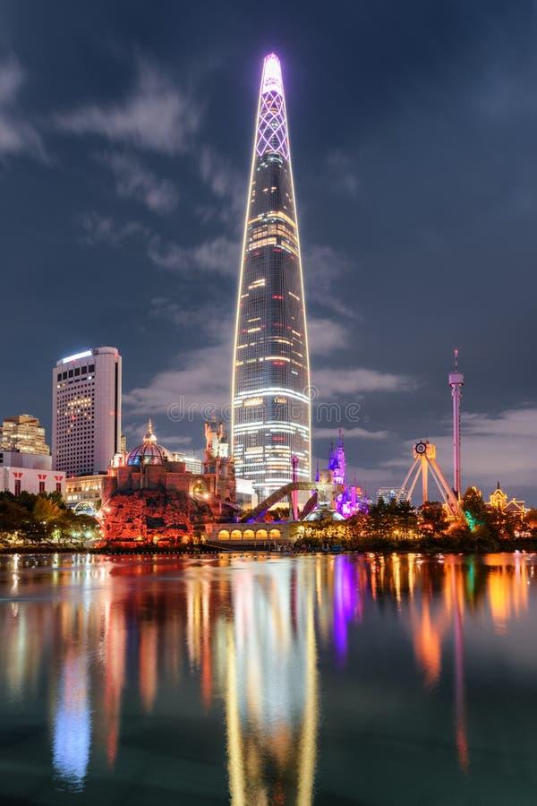 Zadziwiający noc widok drapacz chmur odbijał w jeziorze, Seul fotografia royalty free