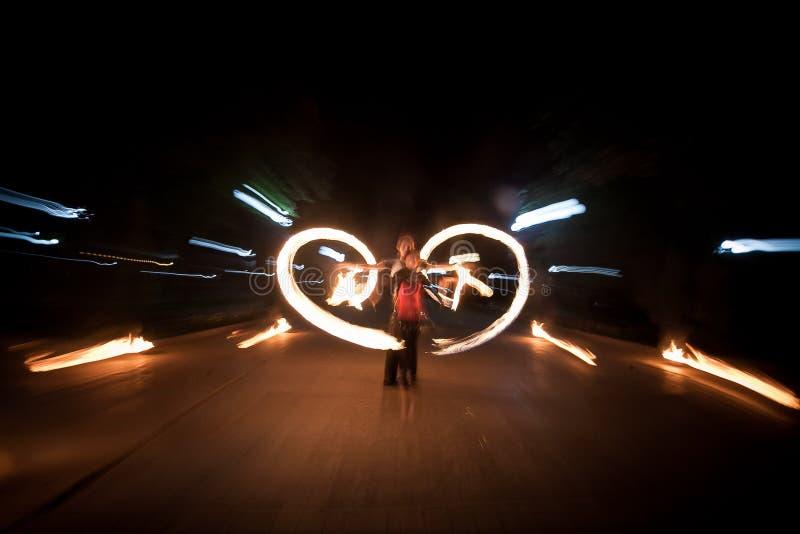 Zadziwiający pożarniczy przedstawienie taniec Pożarniczy tancerze bawić się z płomieniem zdjęcie royalty free
