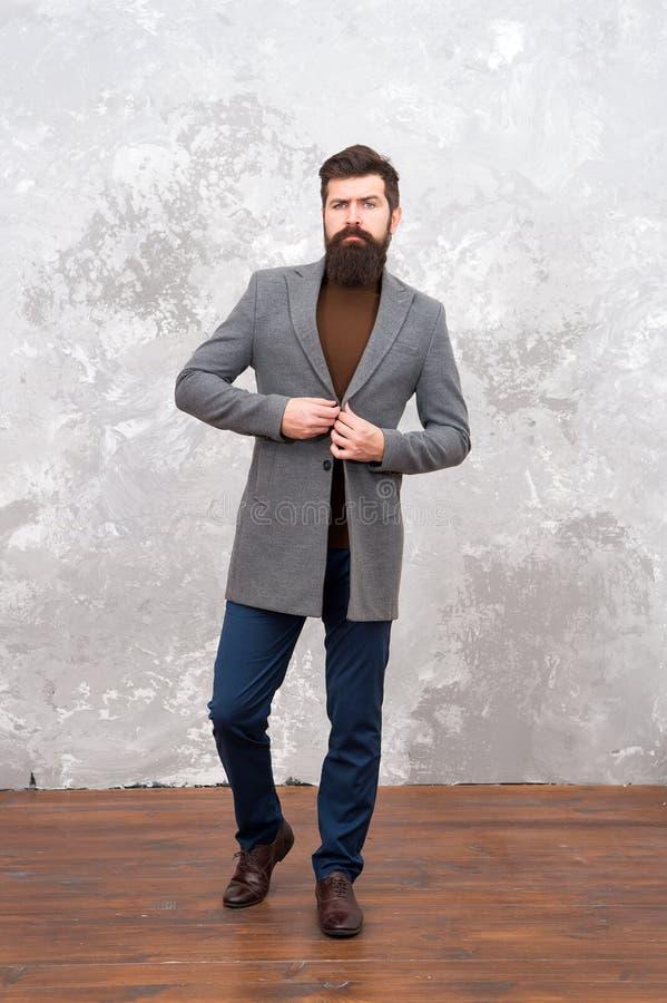 Zadziwiający spojrzenie Obsługuje przystojnej brodatej biznesmen odzieży luksusowego formalnego kostium Menswear i mody pojęcie F obraz stock