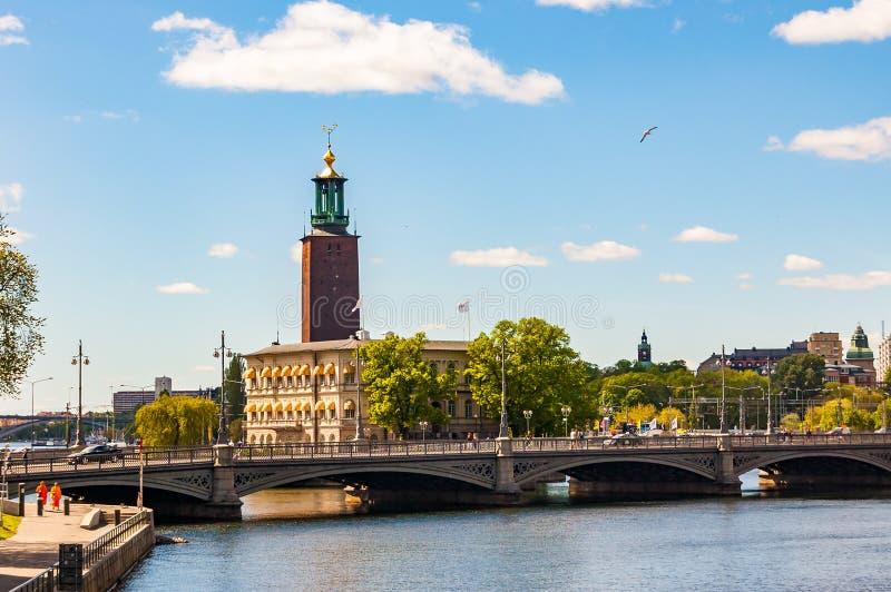 Zadziwiający widok na Riddarfjardenv zatoce, moście, pejzażu miejskim i Sztokholm urząd miasta wierza budynek Miejska rada dla fotografia royalty free