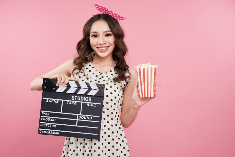 Zadziwiająca śliczna młoda ładna dziewczyny mienia clapper deska i ono uśmiecha się zdjęcia stock