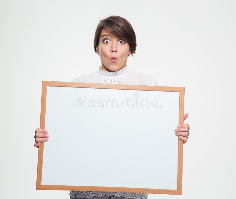 Zadziwiająca śmieszna młodej kobiety mienia pustego miejsca deska zdjęcie stock