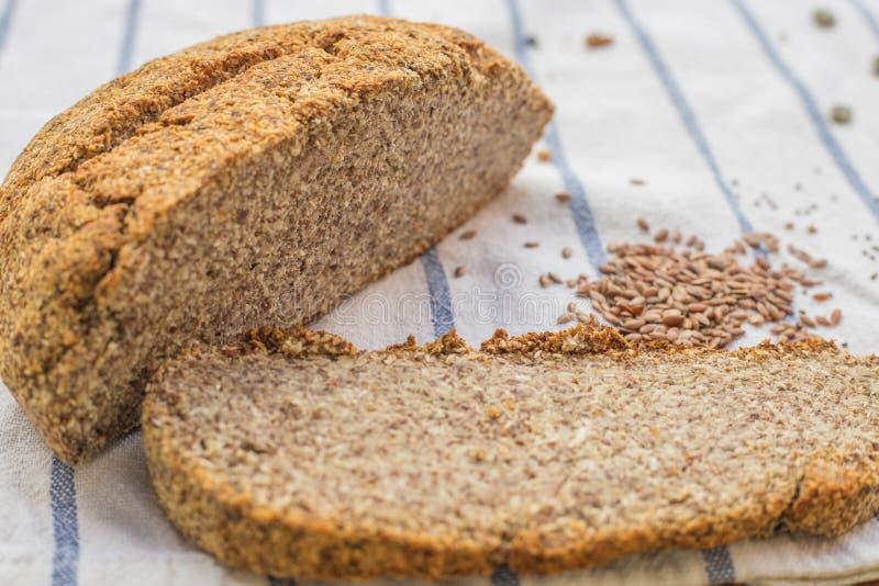 Zadziwiająca dokrętka i ziarna chlebowi z bani, lna i chia ziarnami na kuchennym płótnie, zdjęcia royalty free