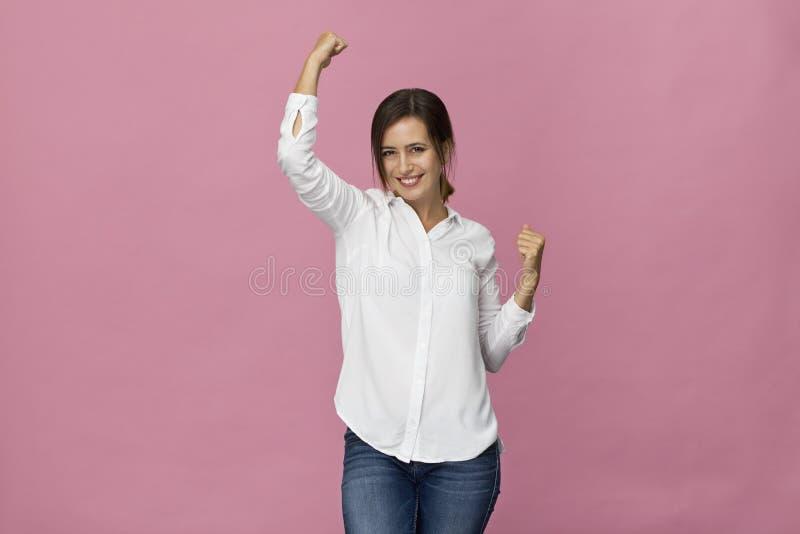 Zadziwiająca i rozochocona uśmiechnięta brunetki kobieta w pięknej sukni s obraz stock