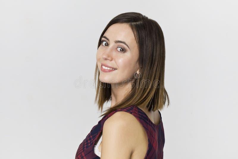 Zadziwiająca i rozochocona uśmiechnięta brunetki kobieta w pięknej sukni s obrazy royalty free