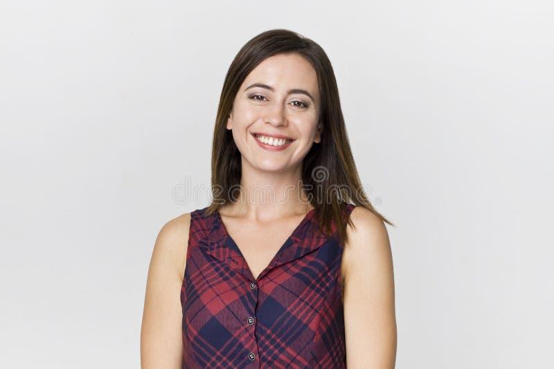 Zadziwiająca i rozochocona uśmiechnięta brunetki kobieta w pięknym smokingowym studio strzale zdjęcia royalty free