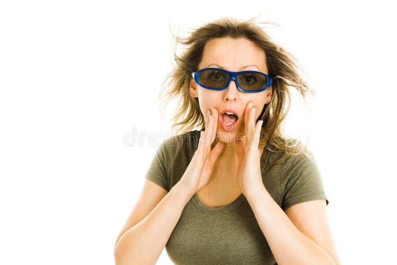 Zadziwiająca kobieta jest ubranym 3D szkła doświadcza 5D kinowego skutek w kinie gesty zdziwienie - straszącego oglądający film - zdjęcia royalty free