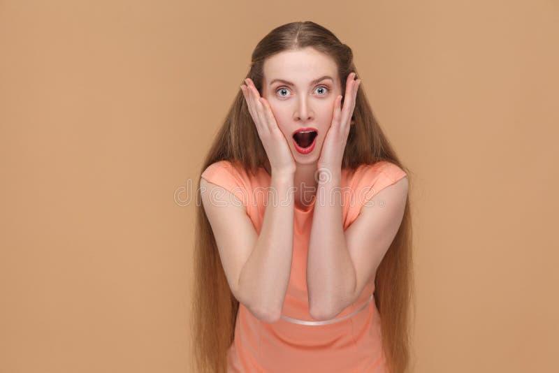 Zadziwiająca kobieta patrzeje kamerę z otwartym usta obrazy stock