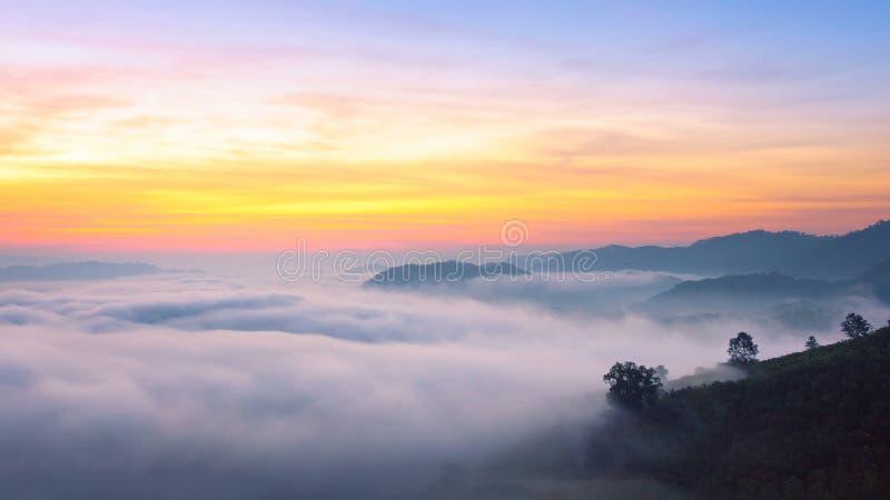 Zadziwiająca mgła rusza się nad natur górami zdjęcia stock