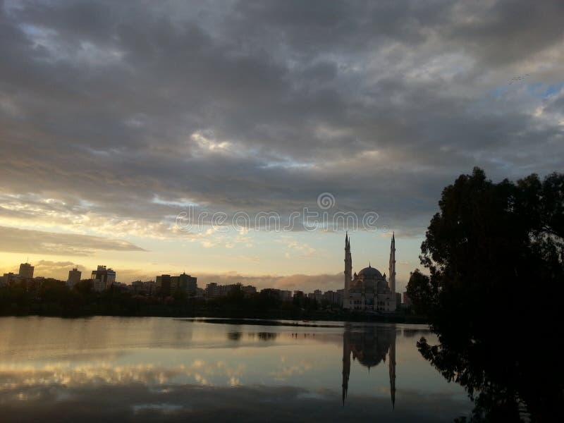 Zadziwiająca natura i meczet w Adana zdjęcia royalty free