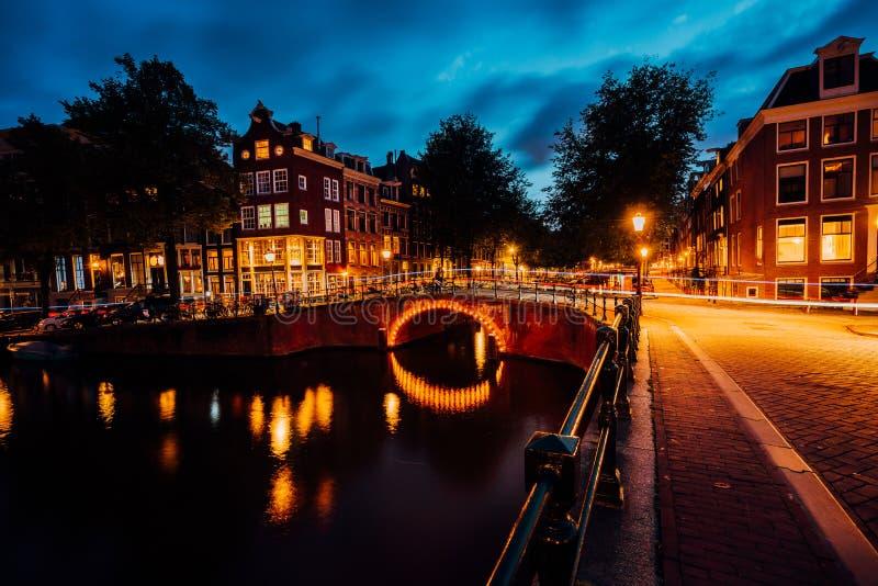 Zadziwiająca noc w Amsterdam Iluminujący most z, kanał i, Holandia, holandie obrazy royalty free