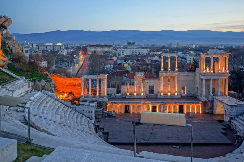 Zadziwiająca nocy panorama miasto Plovdiv i Antyczny Romański theatre zdjęcie stock