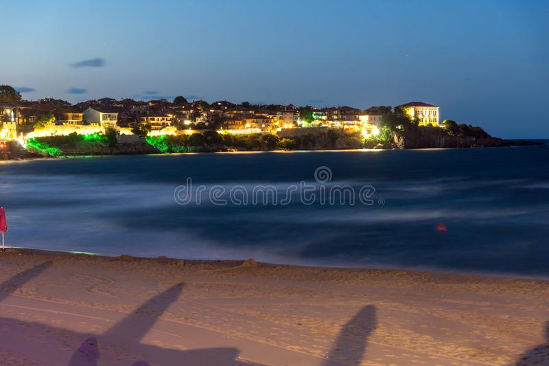 Zadziwiająca nocy panorama Plażowy i stary miasteczko Sozopol, Burgas region, Bułgaria obraz stock