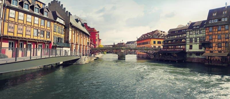 Zadziwiająca panorama kolorowy romantyczny miasto Strasburg, Francja, Alsace Tradycyjni domy na obich stronach rzeka i obraz royalty free