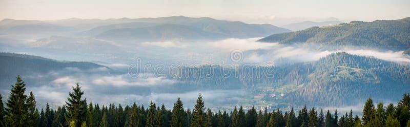 Zadziwiająca panorama mgłowy pasmo górskie fotografia royalty free