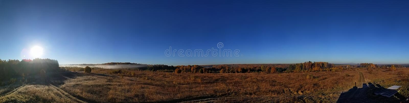 Zadziwiająca panorama wiejski jesień krajobraz Europejska wioska z kolorowym niebem i nieskończonym złotym polem zdjęcia royalty free