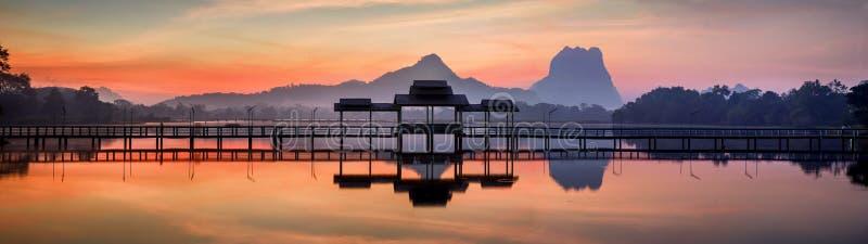 Zadziwiająca parka krajobrazu panorama przy wschodem słońca zdjęcia stock