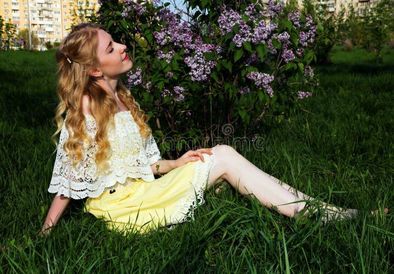 Zadziwiająca piękna młoda dziewczyna obrazy royalty free