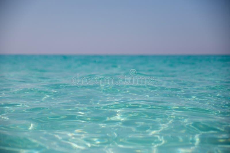 Zadziwiająca piaskowata plaża przeciw bezchmurnemu niebu fotografia royalty free