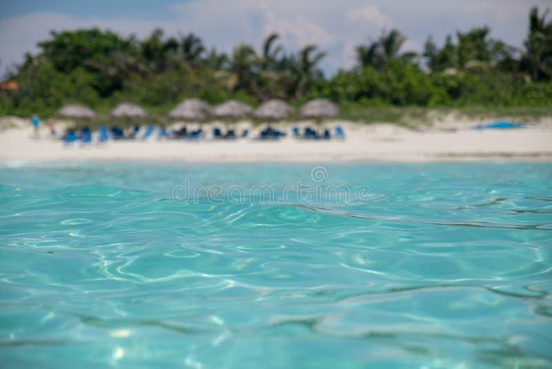 Zadziwiająca piaskowata plaża przeciw bezchmurnemu niebu zdjęcie stock